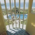 Foto veduta piscina da salone